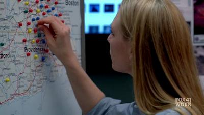 Olivia Dunham connecte les fringe events de la saison 1 et comprend que tout est lié... (Fringe, S01E20)